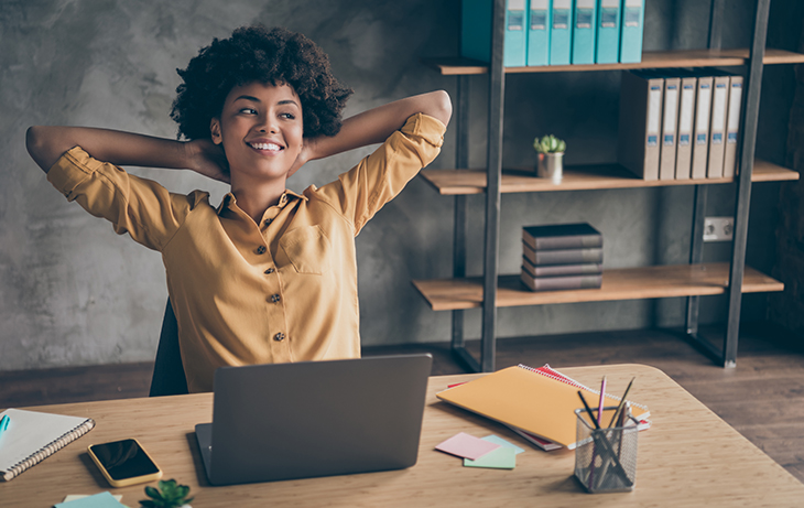 Automation Tips for Your Black Friday 2020 Comms | Retail communications | Everlytic | Woman at desk